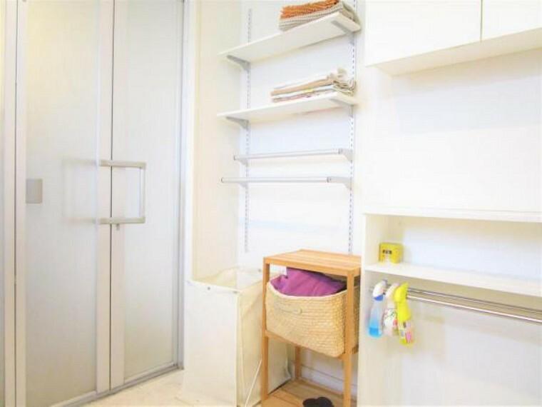 洗面化粧台 2/26撮影【2階洗面所別角度】洗面台の背面にはタオルラックが既設されており、入浴のバスタオルやハンドタオルをかけて利用できます。可動式の棚となっているため家族の身長や人数に合わせて使い分けも可能。