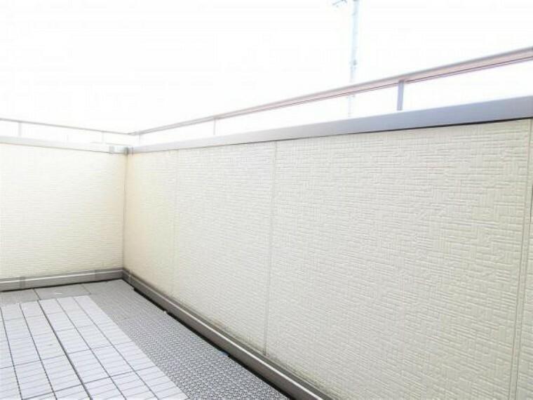 バルコニー 2/26撮影【バルコニー】2階廊下の掃き出し窓からは南側に面したバルコニーへ繋がります。バルコニー床には雨天時の水はけを促進するマットが敷かれており、雨天時に足元を過度に濡らさずに室内へ出入りできます