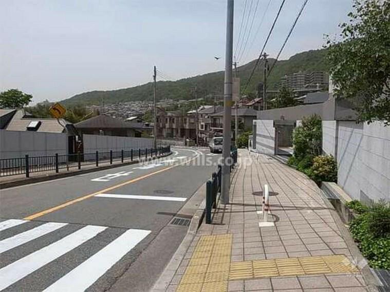 現況写真 敷地南側の前面道路。駅までの道のりは坂道です。