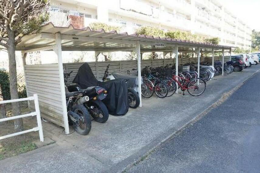 敷地内の駐輪・バイク置場です。最新の空き状況はご確認ください。