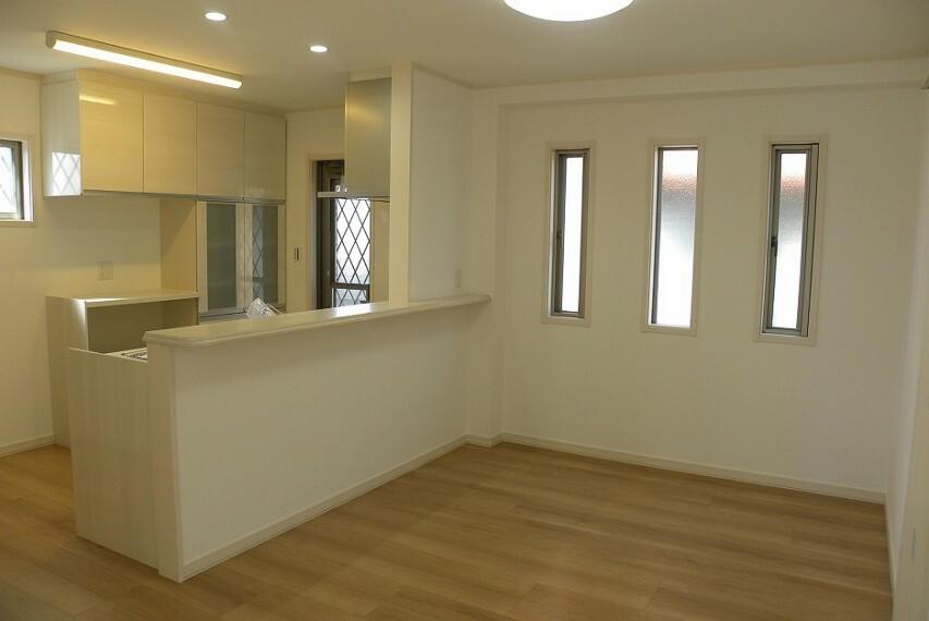 居間・リビング キッチン前のスペースは大きなダイニングセットを置いてもちょっとした作業スペースが作れる余裕のある空間です。