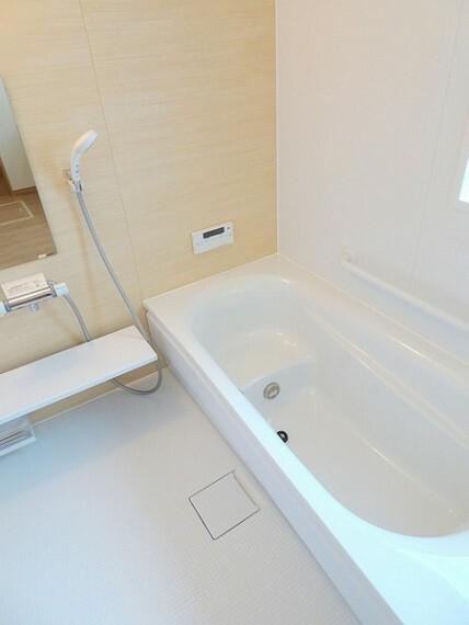 同仕様写真(内観) 一日の疲れを癒す浴室は広々1坪タイプで、手足をゆったり伸ばせてリフレッシュできますよ。