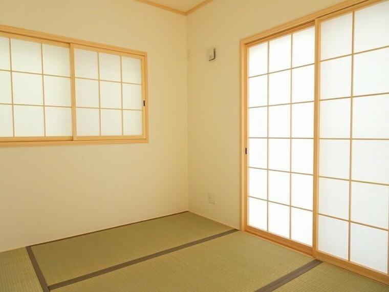 同仕様写真(内観) 緑を基調とした室内が癒しを与えてくれます。やはり日本人には和室が落ち着く空間になるのかも知れませんね。