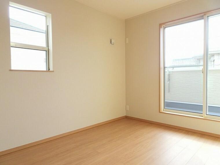 同仕様写真(内観) 2面窓は採光に優れお部屋を明るく照らします。2面の窓から景色が見えるので開放感があり通気性も良く快適におすごし頂けます。