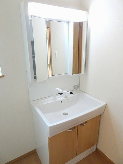 同仕様写真(内観) 洗面ボウルが大きく、洗面・洗髪などができる機能がある洗髪化粧台。ハンドシャワーが付いており簡単に洗髪が出来ます。