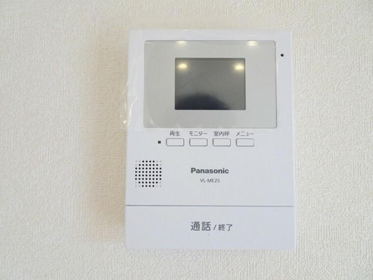 同仕様写真(内観) TVモニター付きインターホンは、セキュリティー面にも配慮で通話ボタンを押さないと室内の音が漏れないので安心ですね。
