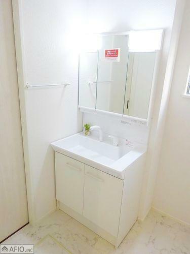 洗面化粧台 シャワー付き三面鏡洗面台。収納スペースがあり、小物がスッキリ片付きます