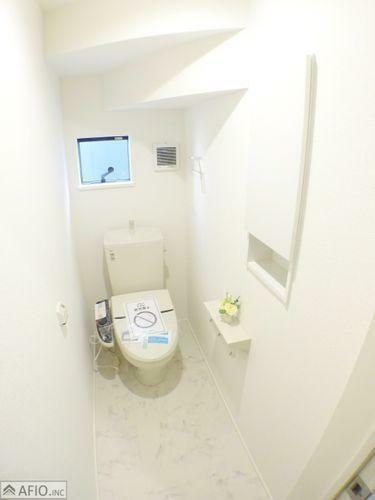 トイレ 棚付きトイレで可愛く飾り付けを楽しんだり、ストックも置けて便利。