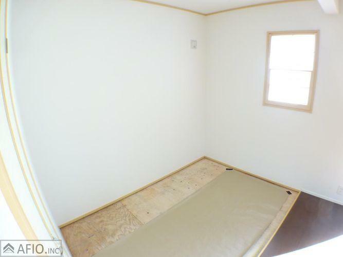 リビング隣の畳コーナーは、小さなお子様がいるご家庭や、急な来客時など便利です!
