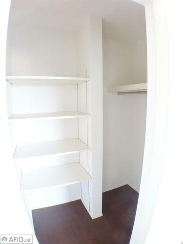 収納 可動棚付きのウォークインクローゼットはお洋服や細かい雑貨もたっぷりしまえます。