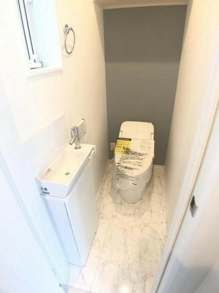 トイレ 洗面器が別に設けられているため、小さなお子さまでも手洗いがしやすいです
