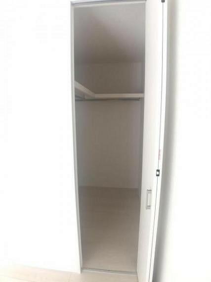 収納 棚やパイプハンガーが2面に配置されたWIC。季節用品の入れ替えや整理整頓がスムーズになります