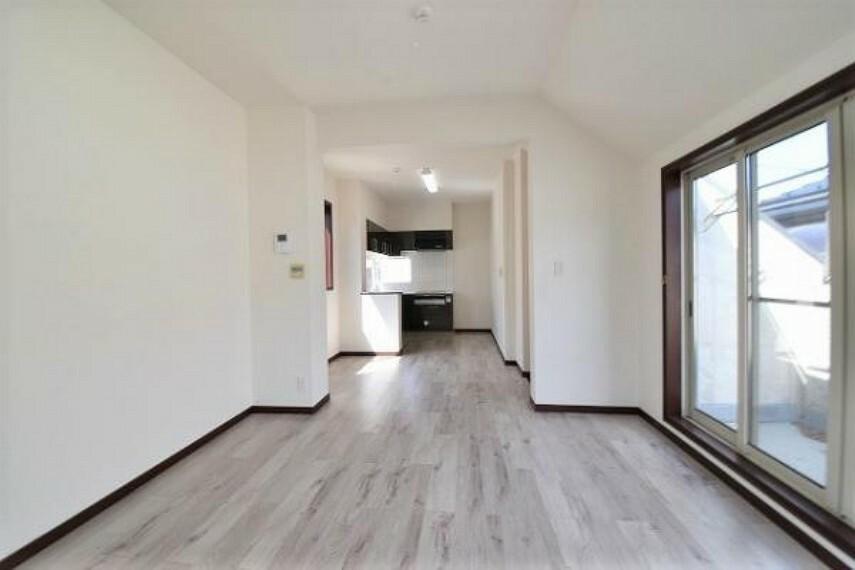 居間・リビング 2階のLDKは約18帖で、家具の配置がしやすい造りになっています。