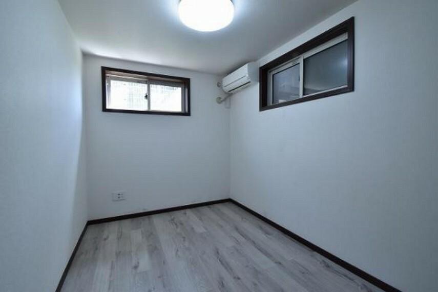 地下1階の南東側洋室6.0帖です。地下と言っても全室に窓がございます!