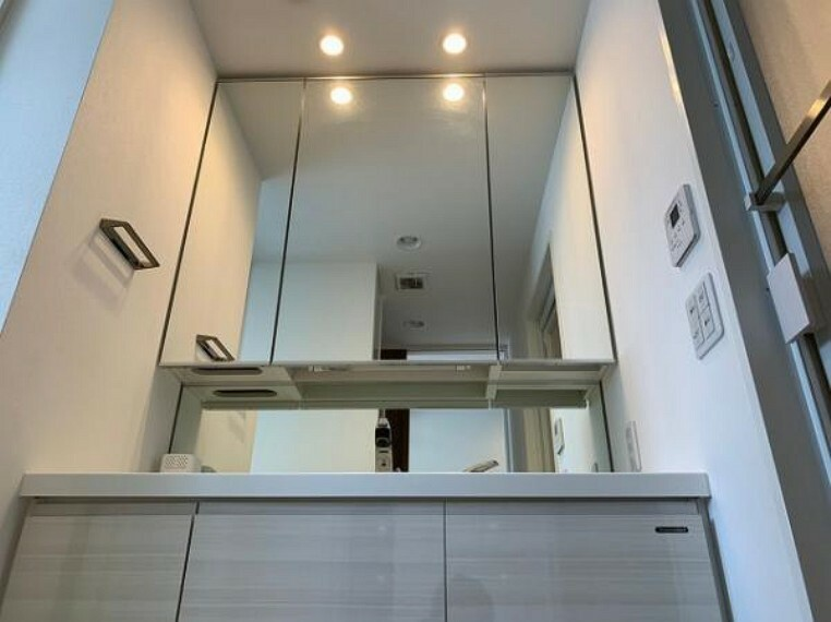 洗面化粧台 大きな鏡で朝の身支度もスムーズ