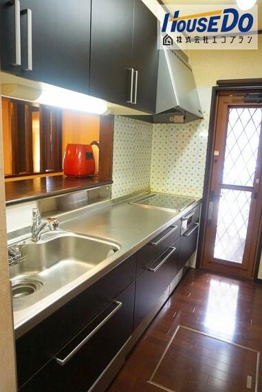 キッチン みんなでお料理ができる 広々としたキッチン! お子様と2人で立っても余裕ですね  収納もたくさんあるので、今のお家と比べてみてください