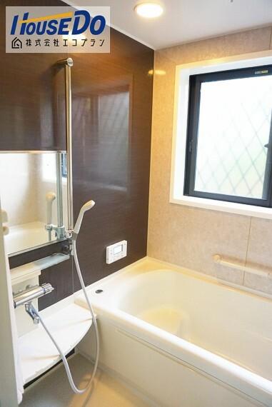 浴室 半身浴もゆっくり楽しめる広々浴室  一日の疲れを癒すのに最適です! 追焚機能付きなので、入浴する時間帯がバラバラでも温かいお風呂に入れます