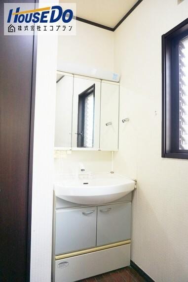 洗面化粧台 ゆとりの洗面スペースで混み合う 朝の時間帯もばっちり! 三面鏡なのでセットも楽々、 収納もしっかりあるので安心ですね