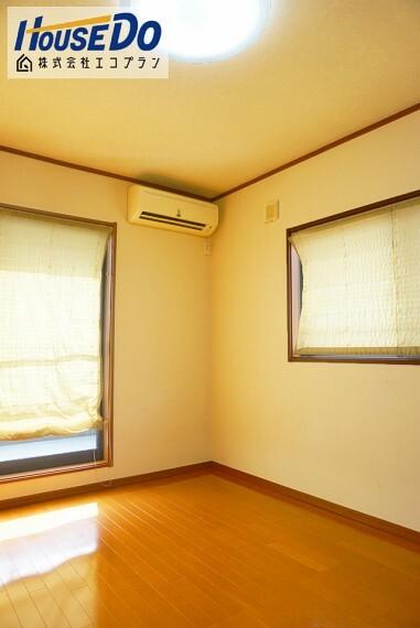 洋室 2階は全室フローリングなのでお掃除も楽々です  どの部屋にも収納がついています! 荷物もしっかりお片付けでき、すっきりしますね