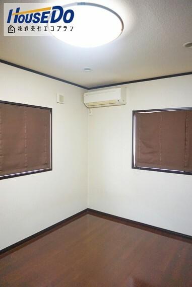 洋室 複層ガラスになっているので、 見た目は変わらず結露しにくくなっています  室内の暑さや寒さを防ぐ断熱性もあります!