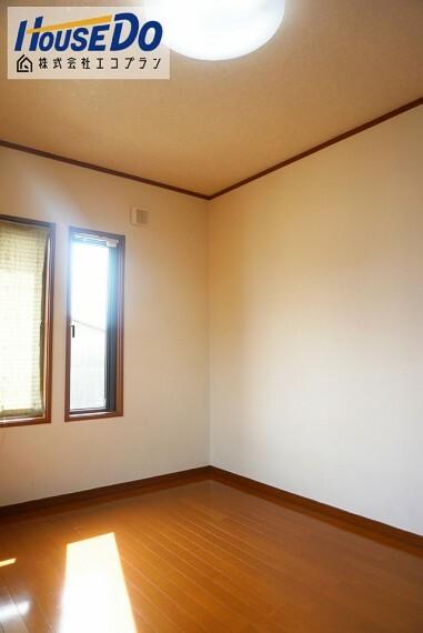 洋室 自由にアレンジができるシンプルなデザイン  子供部屋にも最適です! 収納があるので、お片付けの習慣も自然と身につきますね