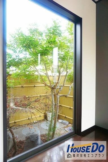 玄関を入ると中庭が見えます  中庭があることによってお家の中が明るくなりますね! お風呂に入浴中も見ることができます