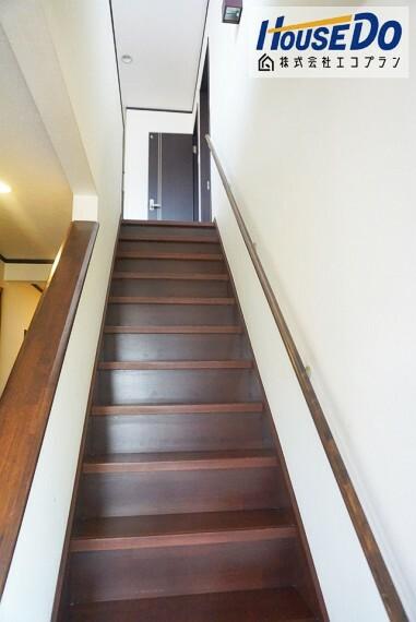 玄関を入ってすぐの階段は手すり付き! 滑ったりつまずいた時などつかまることができ、転倒事故を防ぐことができますね!