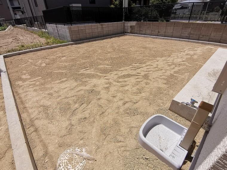 庭 現地(2021年5月)撮影 散水栓もついた庭スペースが広々とあります。家庭菜園やお子様の遊具など様々な使い方ができそうです