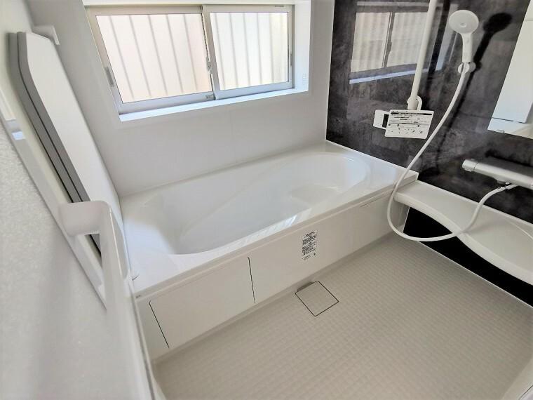 浴室 浴室には大きな窓が付いています。