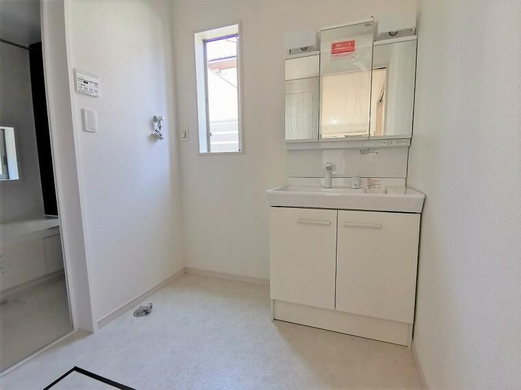 洗面化粧台 三面鏡タイプの洗面台は小物を収めるには十分です。
