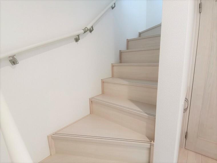 手すり付きで安全も備えた階段です