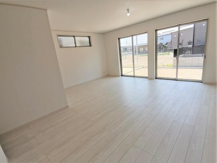 居間・リビング 20帖のリビング  南向きに大きなはきだし窓で明るく広々しています