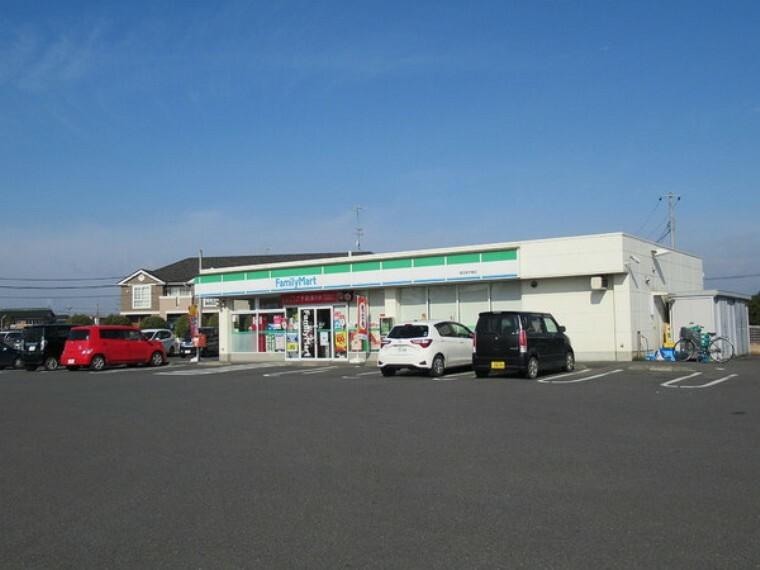 コンビニ ファミリーマート 徒歩12分、駐車場広々です。