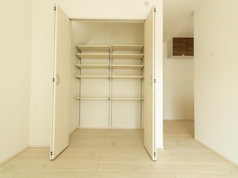 洋室 住まいの快適性を左右する収納は欲しい場所に使い勝手のよい収納を確保しています。