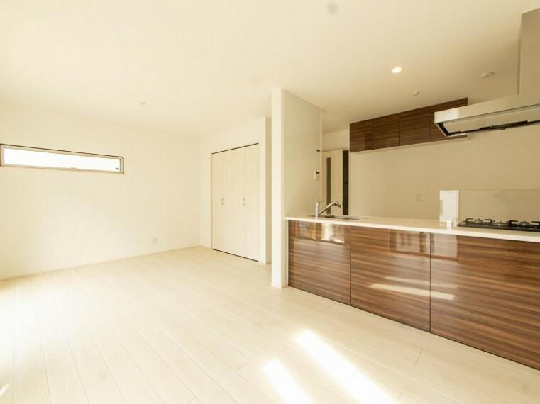 リビングダイニング 明るく開放的な空間が広がるLDK。室内には豊かな陽光が注ぎ込み、爽やかな住空間を演出。