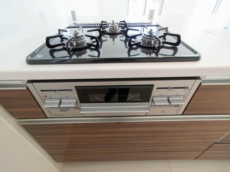 【三口ガスコンロ】三口コンロで、お料理の効率もアップ!受け皿のないフラット天板で、お手入れもラクラク。