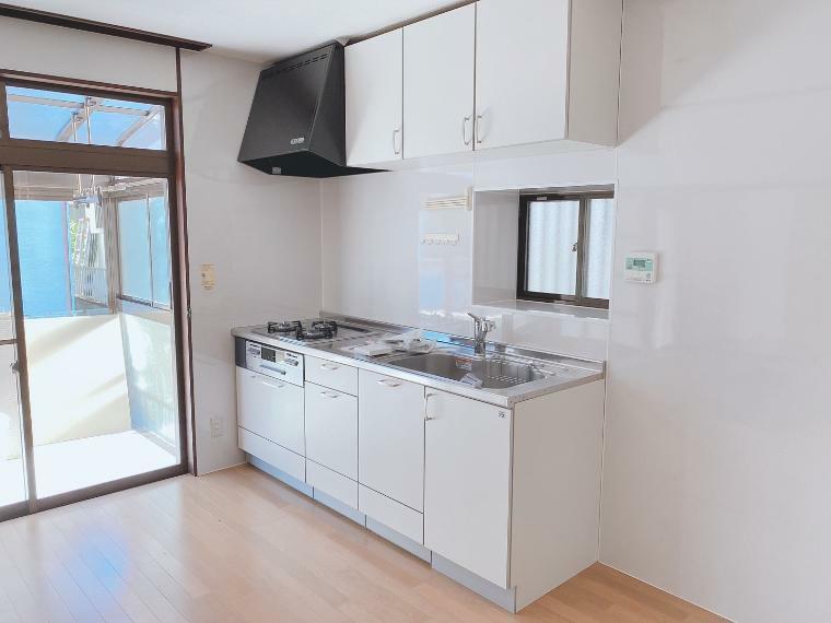 キッチン キッチン上部には吊戸棚。調理器具やキッチン家電を収納するのに便利です。