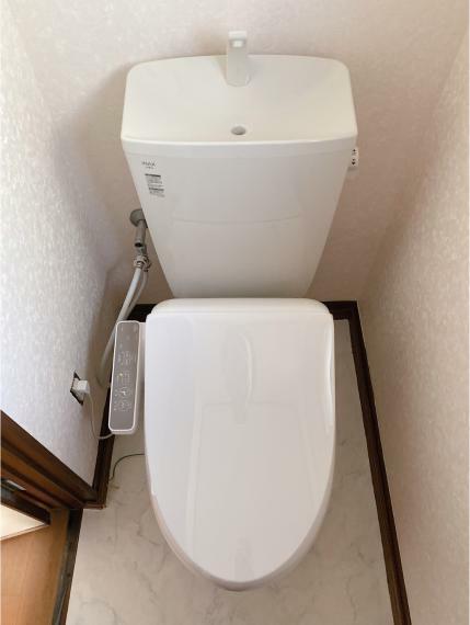 トイレ 温水洗浄便座です。窓も付いているので空気の入れ替えもでき清潔に保てます