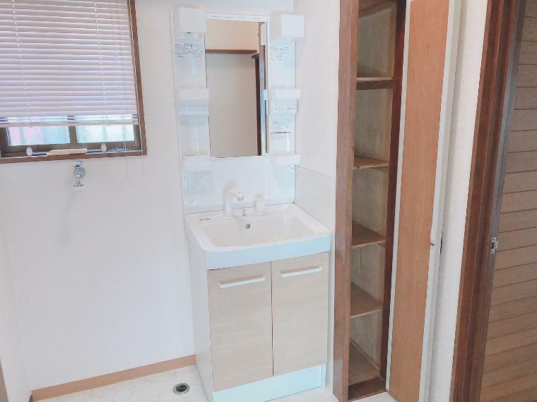 洗面化粧台 収納スペースが豊富な洗面化粧台に新規交換しました。