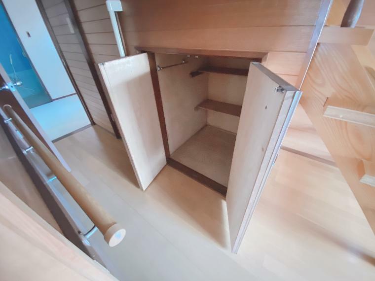 収納 階段下にも収納スペースがあります。。お掃除セットや日用品のスットクにも大活躍です!