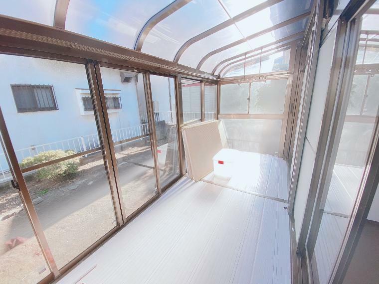 日差しいっぱいのサンルームがあり冬でもとても温かいです!
