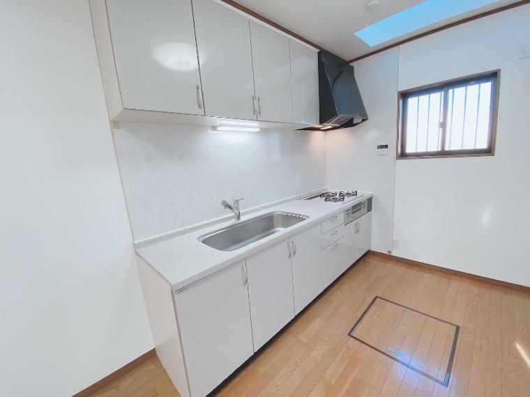 キッチン キッチン上部には吊戸棚。調理器具やキッチン家電を収納するのに便利です