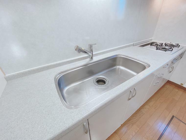 キッチン 広々としたシンクで洗い物もスムーズです!