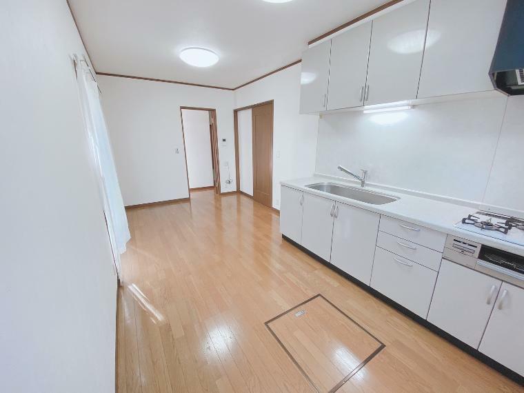 居間・リビング 令和3年1月に新規内装リフォームをしており室内は大変綺麗なお部屋です。