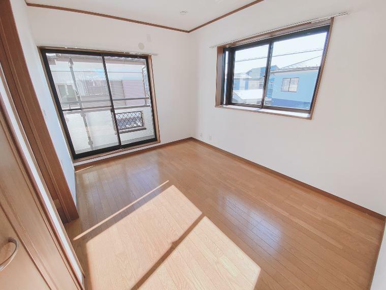 洋室 大きな窓が付いた6帖の洋室は陽当り良好で明るいお部屋です。