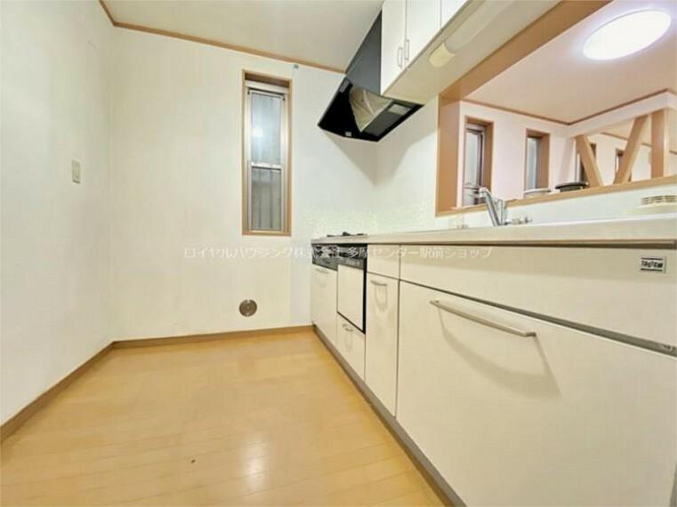 キッチン 対面式のキッチンにも小窓があり、自然の風を招き入れることができるようになっています。