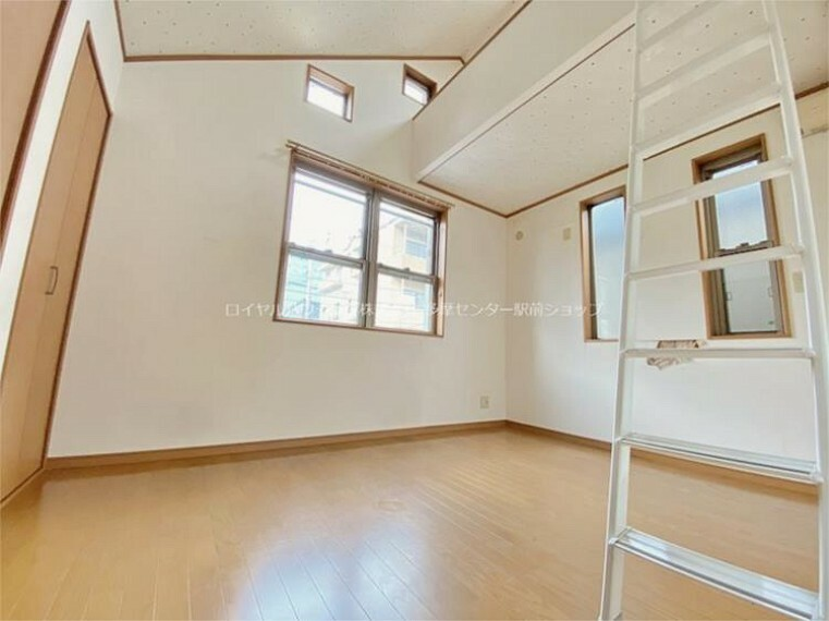 北側の洋室は6帖。ロフトもありお子様部屋に最適です。