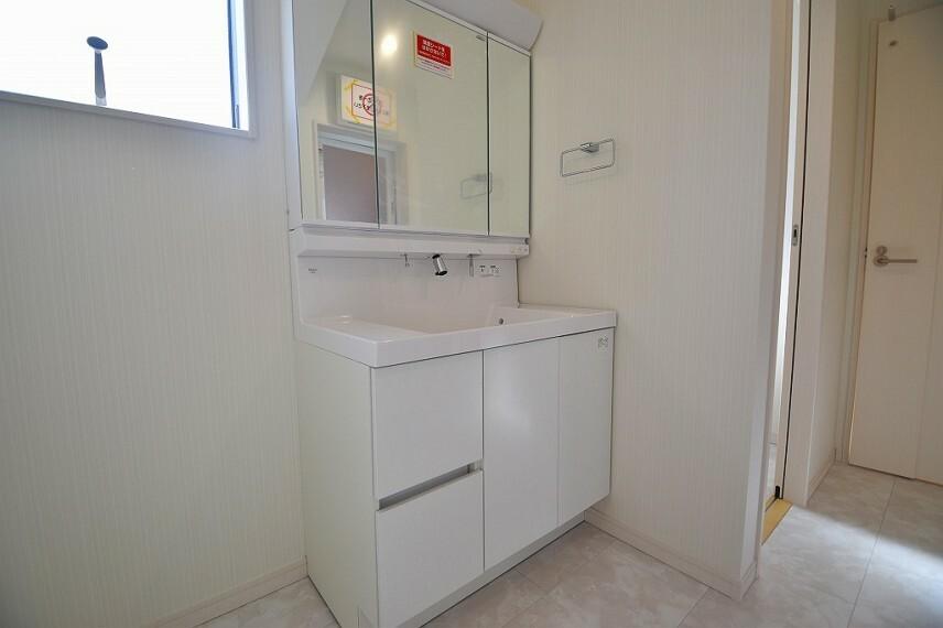洗面化粧台 三面鏡付きの独立洗面化粧台。シャワーノズルや鏡のくもり止め機能など機能性とデザイン性に拘ってセレクトしました。