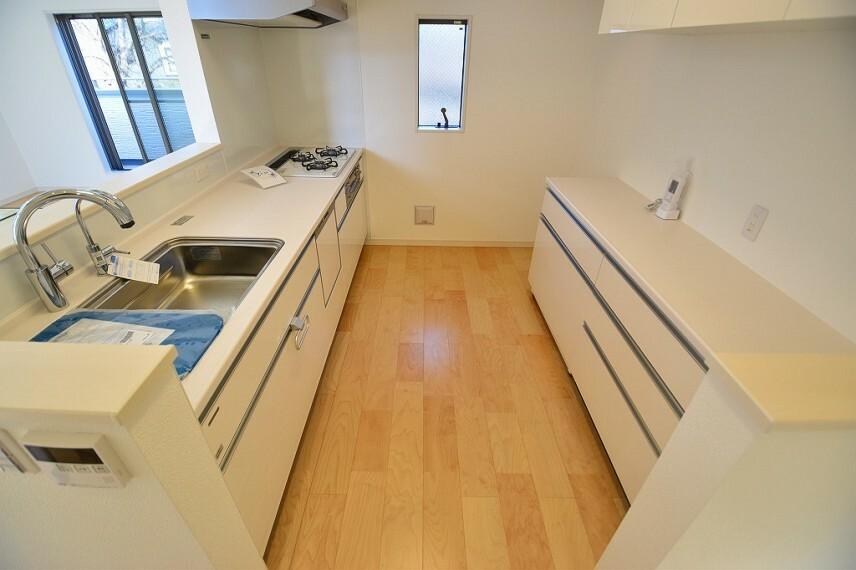 キッチン 開放感もある使いやすさを追求したL型システムキッチンは、ビルトイン食洗器や魚焼きグリルなど設備も充実しています。