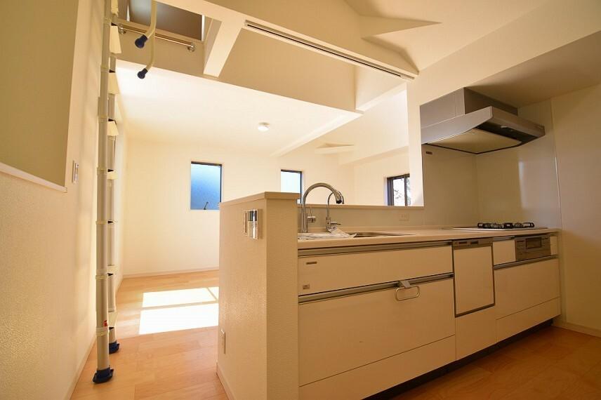 居間・リビング キッチンからリビング全体が見渡せる配置が可能。家族の会話や笑顔が溢れる空間を意識しました。